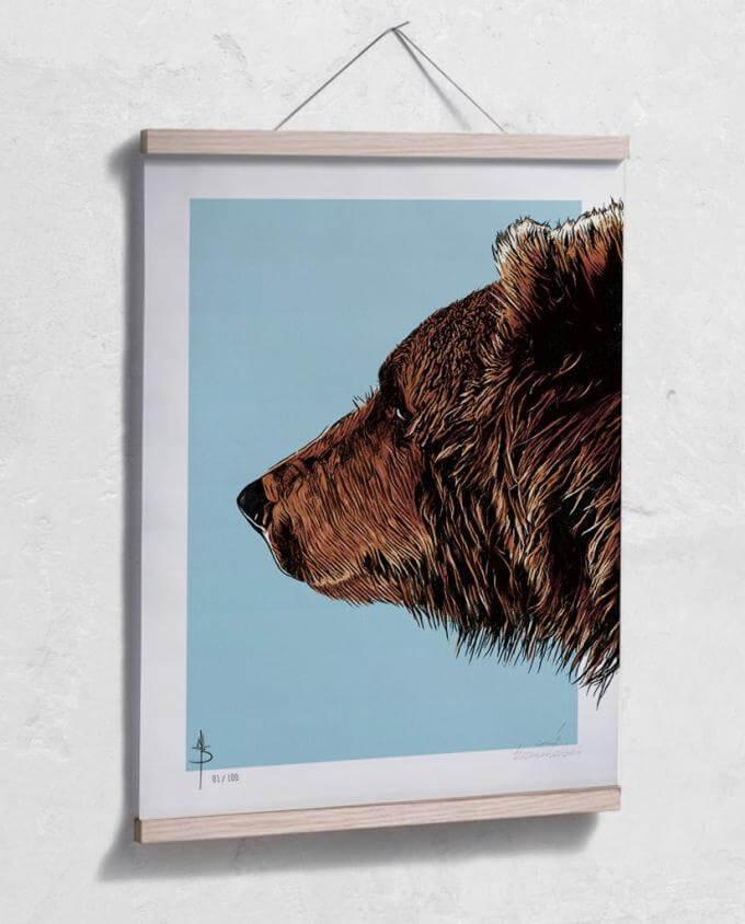 Poster Kunstdruck Bruder Bär mit Posterleiste aus Eiche im Kommabei Shop
